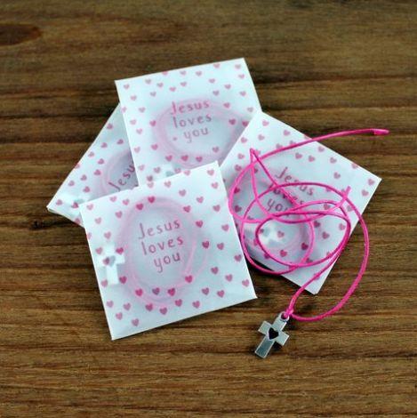 Croix et lien en coton rose
